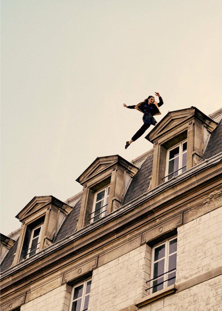 服裝輕盈材質所展現的飄逸感也在俐落動作下完美呈現。圖/Saint Laurent...