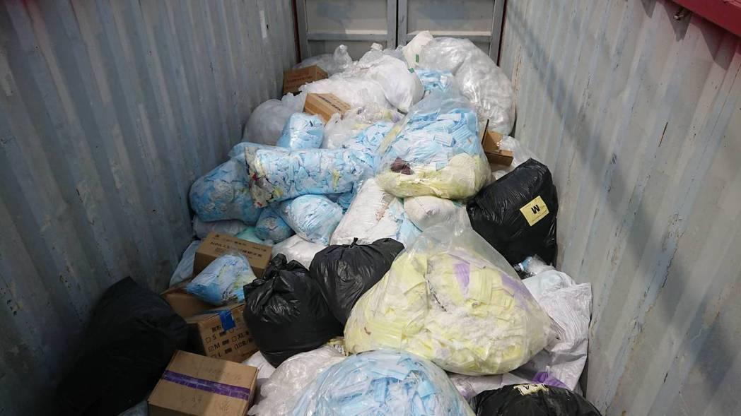 豪品國際公司在公司外的廢棄貨櫃裡裝有大量口罩和手套。記者簡慧珍/攝影