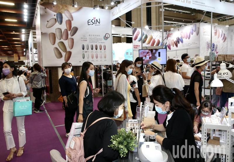 台北秋季國際美容化妝品展今天在台北世貿一館登場,超過124個品牌進駐,一站購足美容、美甲、美髮、美妝等所有用品。記者林俊良/攝影