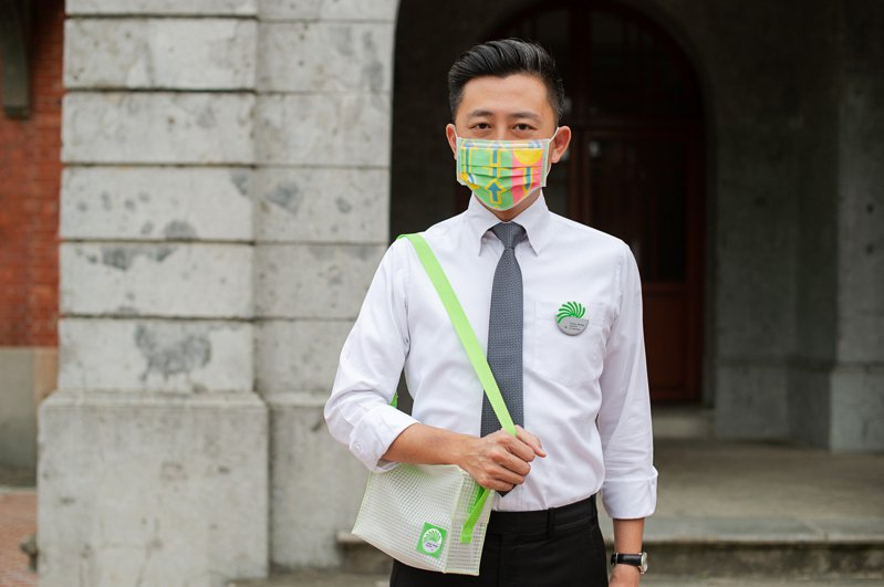 2020台灣設計展所有志工都將贈予「特製口罩與徽章」為標準配備,只要服務滿10個班次,就可獲得有「竹科人指定包款」之譽的設計小包。圖/新竹市政府提供