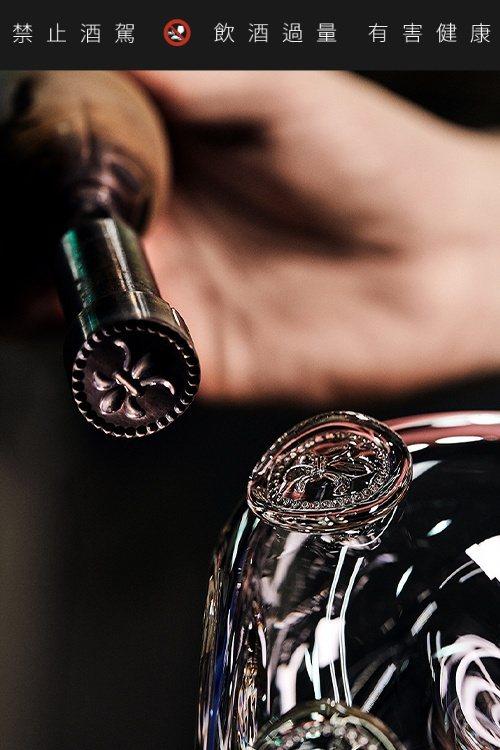 路易十三以純手工吹製,打造水晶瓶。圖/路易十三提供。提醒您:禁止酒駕 飲酒過量有...