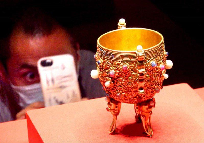 「金甌永固杯」在這次「丹宸永固—紫禁城建成六百年」大展再度亮相。(取自北京日報網站)