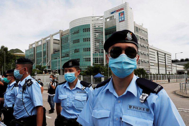 圖為香港警方上個月前往壹傳媒總部搜索時景象。路透