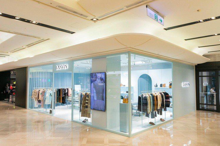 LANVIN在台北信義新天地A9館1樓推出快閃店,以標誌性的粉嫩藍色調裝璜打造出...
