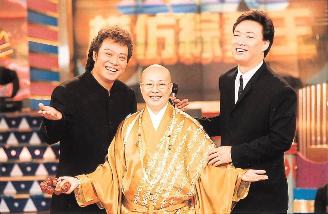 恆述法師(中)過去和弟弟張菲(左)、費玉清的深厚情誼,最近已成決裂。本報資料照