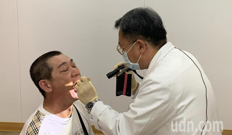 吳先生只是偶而吃檳榔,口腔也出現白斑,幸好發現得早。記者蔡維斌/攝影