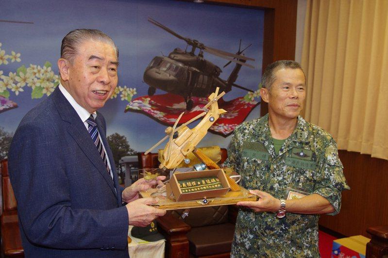 陸軍航特部指揮官何啟鎮,致贈AH-64直升機模型給軍友社。