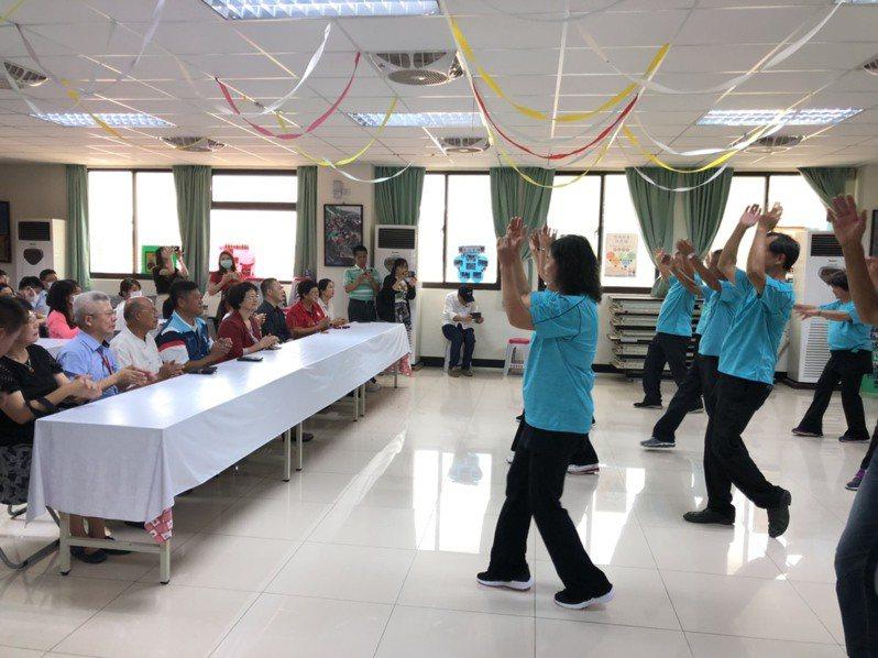 古寧頭社區爺爺奶奶以精彩歌舞迎賓,教育部長官看了頻頻鼓掌讚許。記者蔡家蓁/攝影