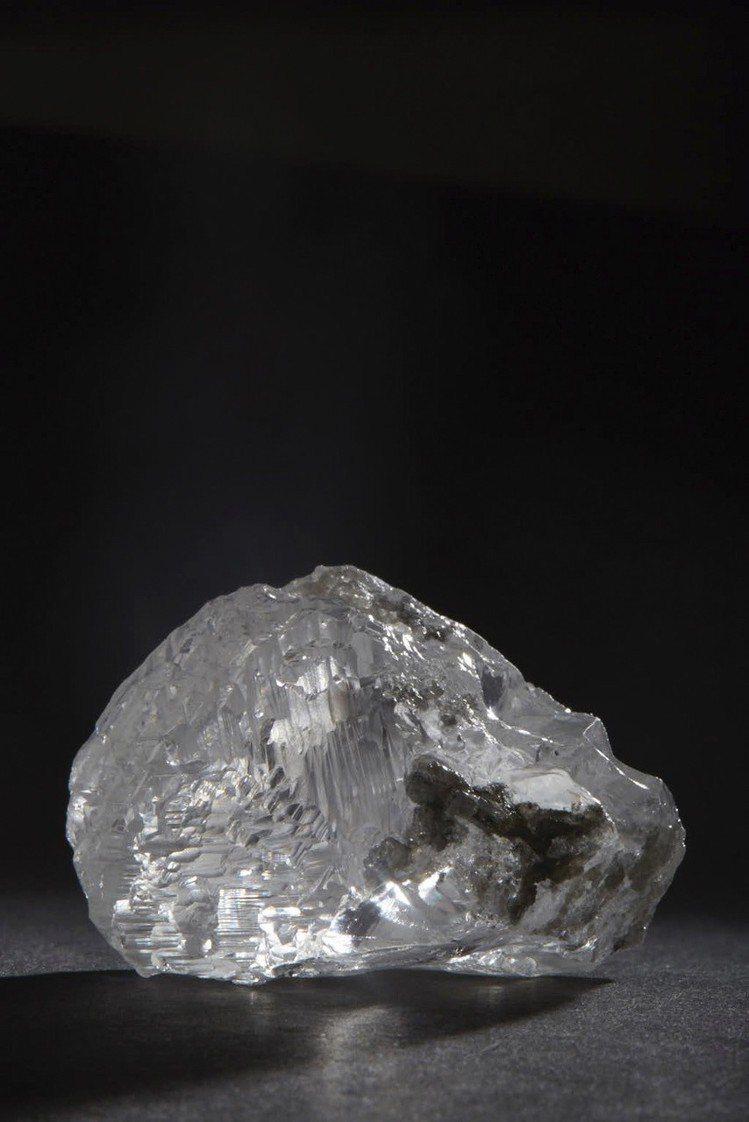 這枚102.39克拉巨鑽來自一顆重達271克拉的原石。圖/蘇富比提供