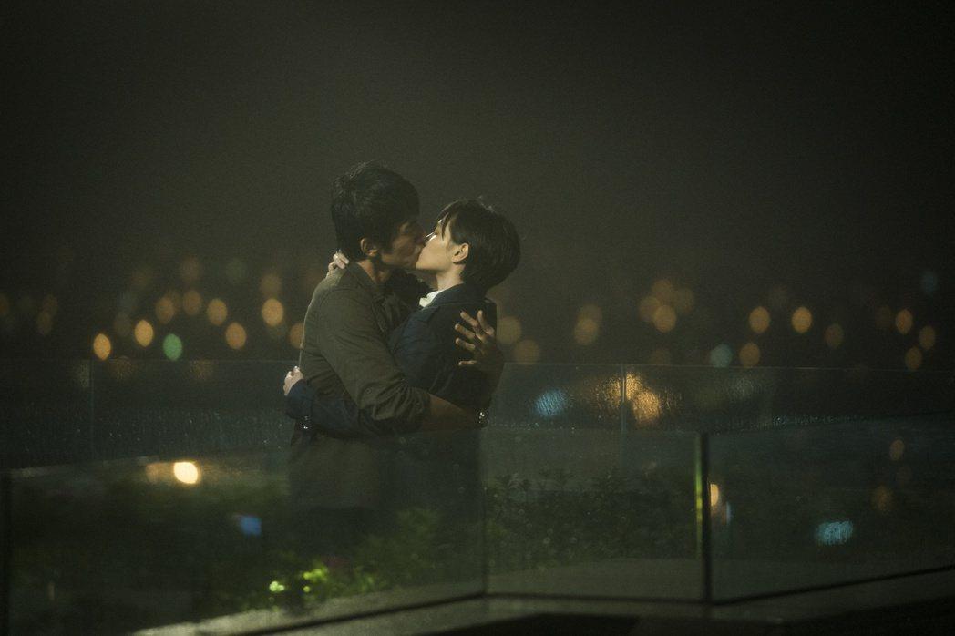 楊一展、吳子霏在天台上的浪漫吻戲。圖/HBO Asia提供