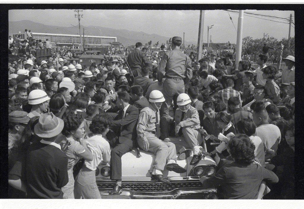 凌波来台掀起狂热,机场民众多到需要宪兵维持秩序。 图/报系资料照片