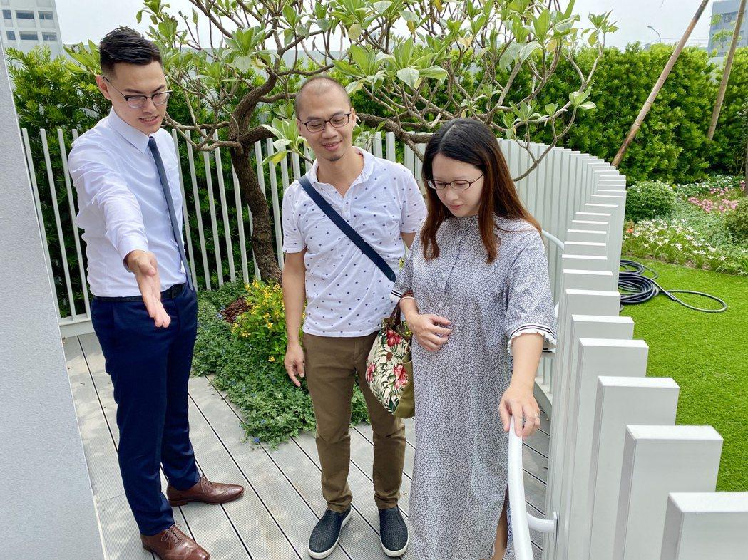 曲線陽台最大深度為2.9米、寬度5.9米,扣除陽台上的植栽造景,放置休閒戶外家具...