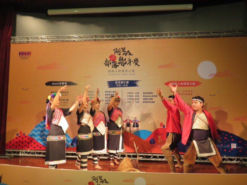 阿里山鄒族九大部落鄒年慶系列活動即將開跑,圖為鄒族男女青年傳統狩獵舞蹈表演。記者魯永明/攝影