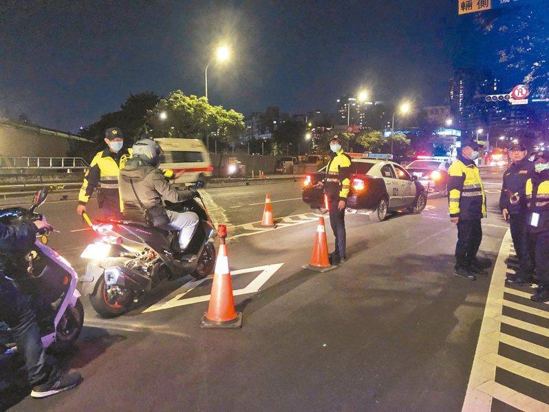 全國路口安全大執法,新北市警方首周以取締闖紅燈及紅燈右轉違規件數最多。圖/警方提供