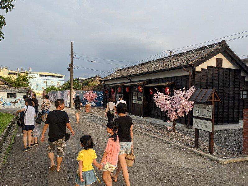潮州日式歷史建築文化園區開放後,不僅是網美拍照打卡熱點,更是親子遊憩的好去處。記者陳弘逸/攝影