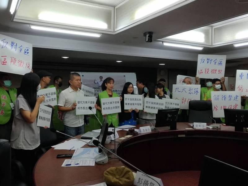 社子島自救會成員昨提出4千多份居民連署書,要求台北市長柯文哲暫緩社子島開發,並要求柯9月底前,親自與社子島居民對話。記者林麗玉/攝影