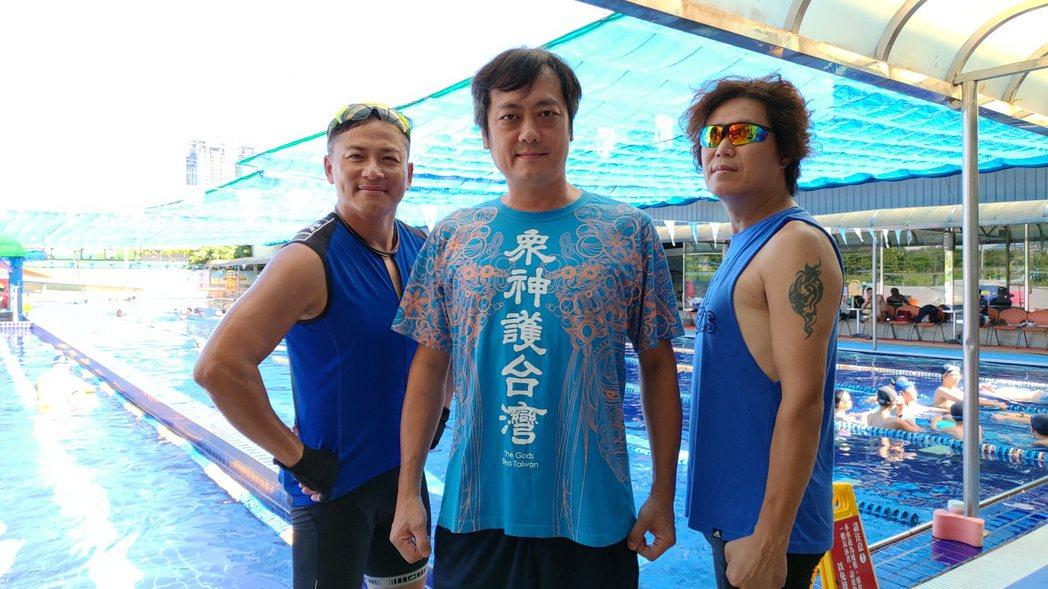 董事長樂團主唱吉董(右起)號召同團吉他手白董、好友江宏恩組隊參加台東國際鐵人三項
