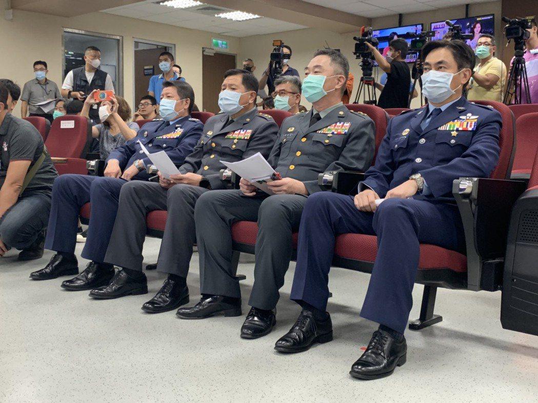 國防部今晚由副部長張哲平率高階將領舉行記者會,首度披露共軍目前在我西南海空域進行...
