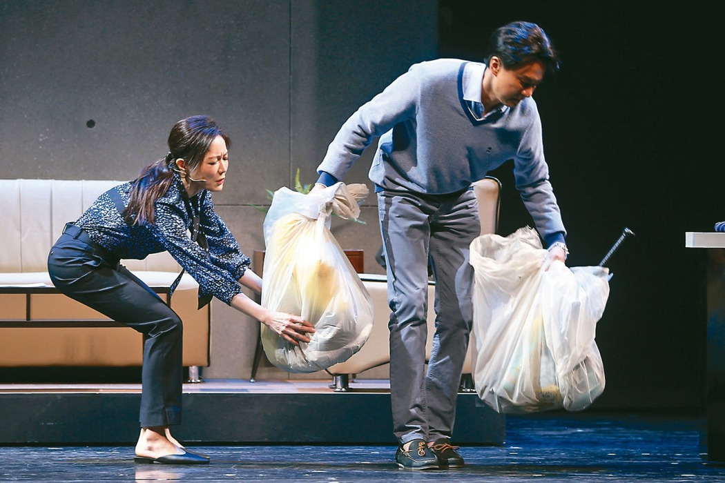 尹馨(左)、狄志杰投入「我們與惡的距離」劇場版彩排。 記者曾吉松/攝影