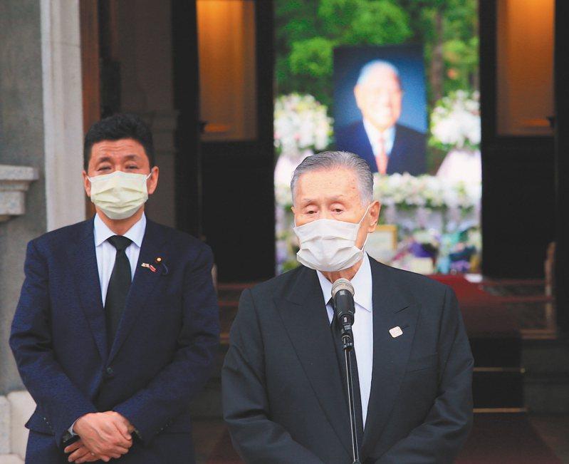 日本前首相森喜朗(右)上月率團到台北賓館弔唁前總統李登輝,日本首相安倍晉三的弟弟、前外務副大臣岸信夫陪同發表談話。 圖/聯合報系資料照片