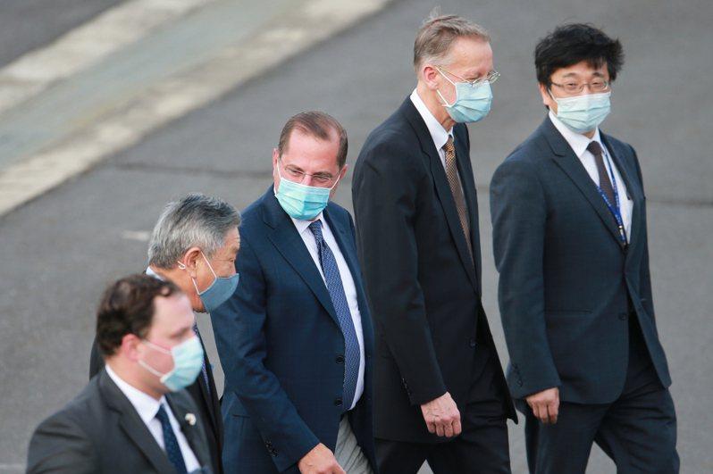 傳美國國務院次卿克拉奇近日將訪台,防疫模式比照來台訪問的美國衛生部長阿查爾(中)規格。圖/聯合報系資料照片