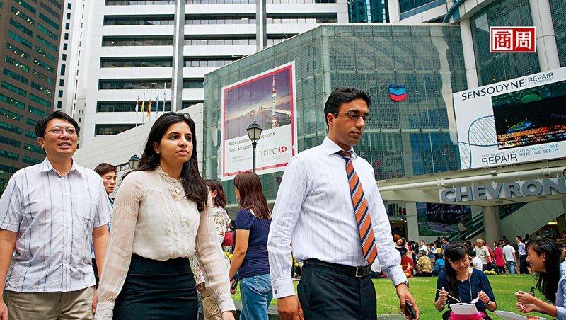 新加坡長期吸引國際人才,2019年外籍工作者占整體勞動力逾37%,但此現象因政策轉彎出現改變。(本刊資料照)