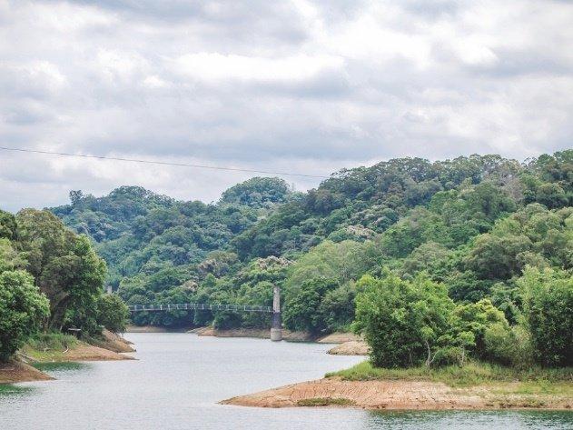 寶山水庫是供應竹科園區重要的水源地,卻同時保有自然美景,湖上還有一座遊人如織的吊...