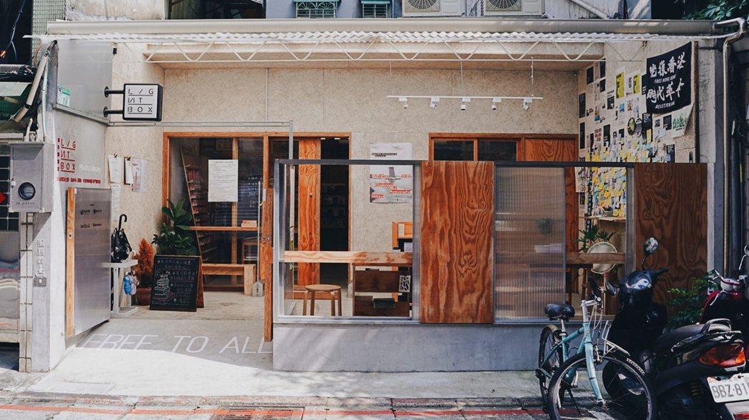 打開台北參與空間之一「Lightbox攝影圖書室」,將四散的台灣攝影出版物匯集起...