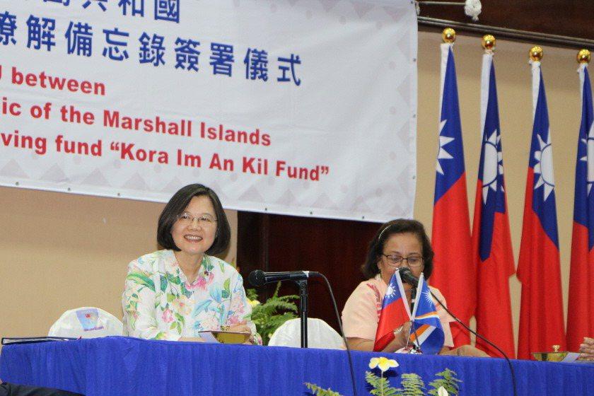 2019年3月蔡英文總統「海洋民主之旅」到訪友邦馬紹爾群島,與時任總統海妮共同見證兩國「有關婦女創業小額貸款循環基金瞭解備忘錄」簽署。 圖/聯合報系資料照