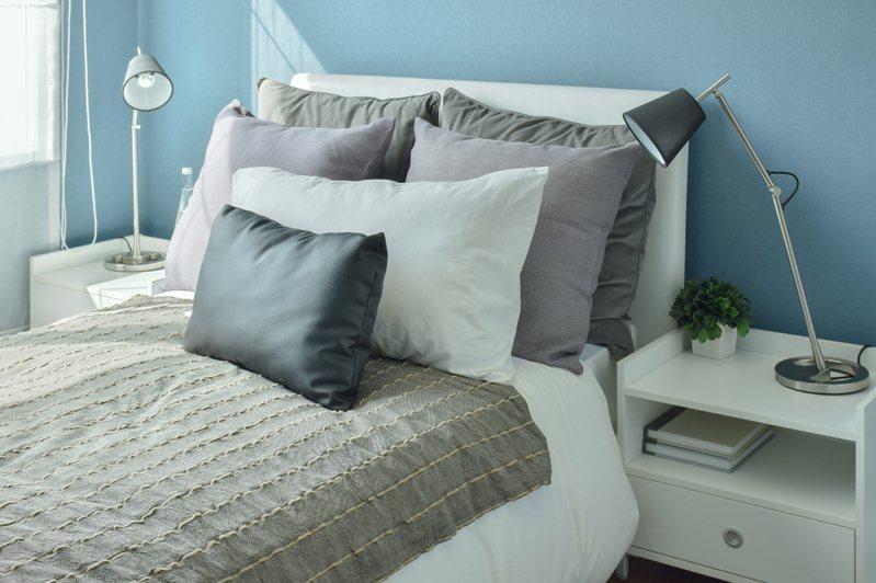 睡床擺設學問大,床頭最好能靠著實牆面,床尾不要對著門窗,以免影響運勢。示意圖/ingimage授權