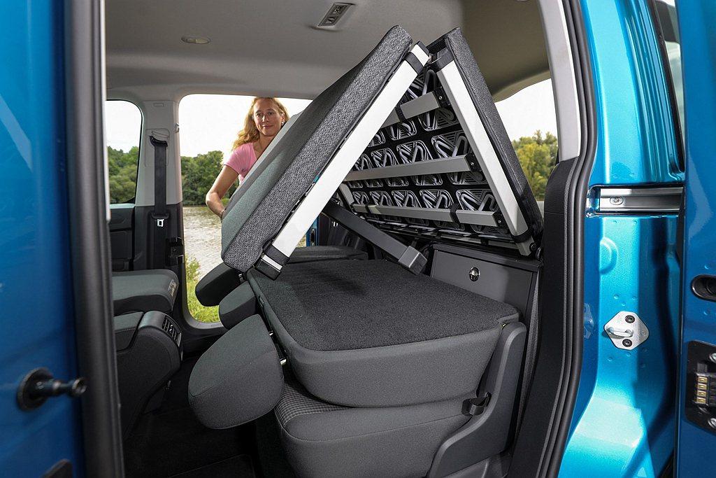福斯商旅Caddy California透過收納於後行李箱的折疊窗鋪,向前攤開成...