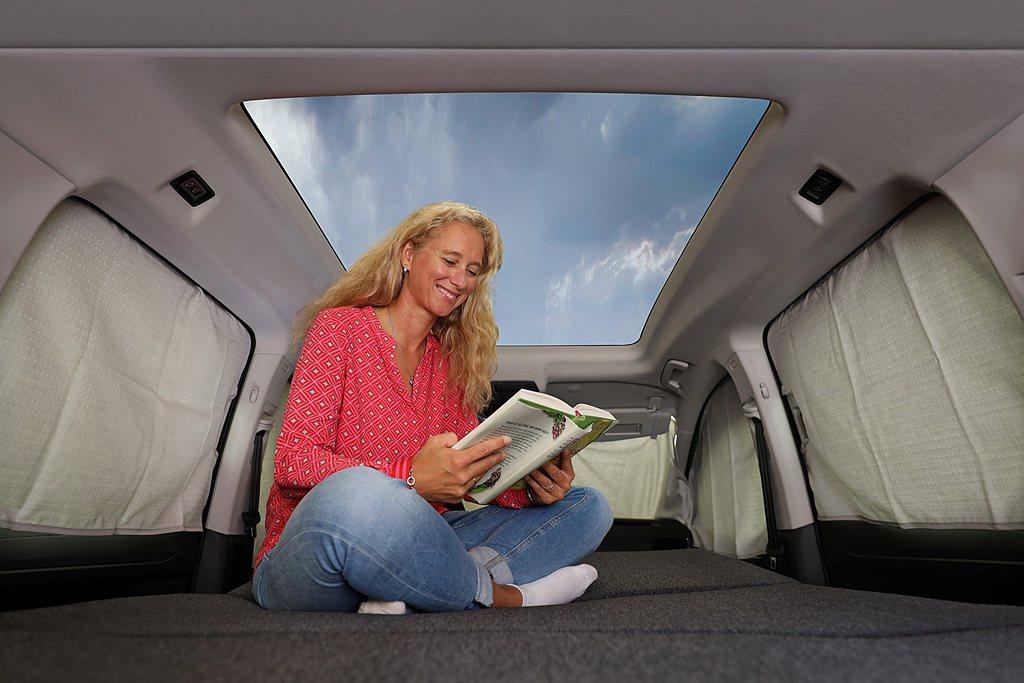 福斯商旅Caddy California車頂設計為1.4平方公尺的玻璃車頂,白天...