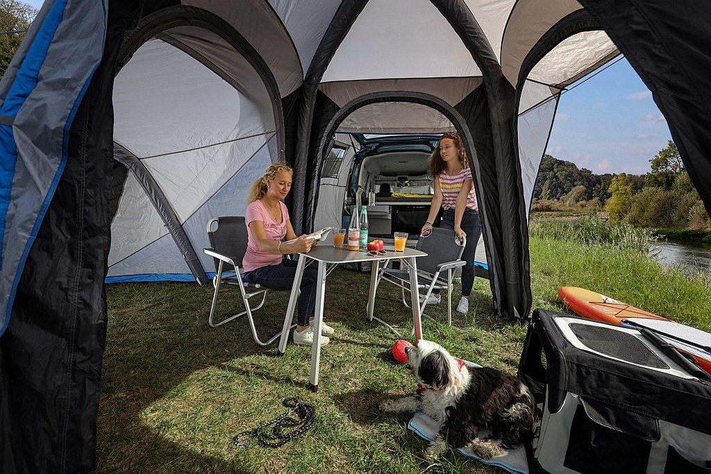 還可以搭配從車尾延伸的模組化敞篷(選配)來擴充活動空間。 圖/Volkswage...