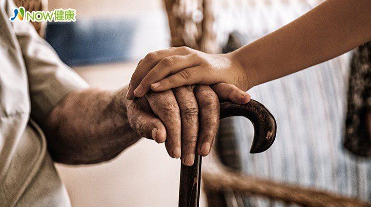 ▲老年人容易因為跌倒而造成頭部受傷、骨折等,嚴重跌倒則會造成長期臥床,甚至死亡,...