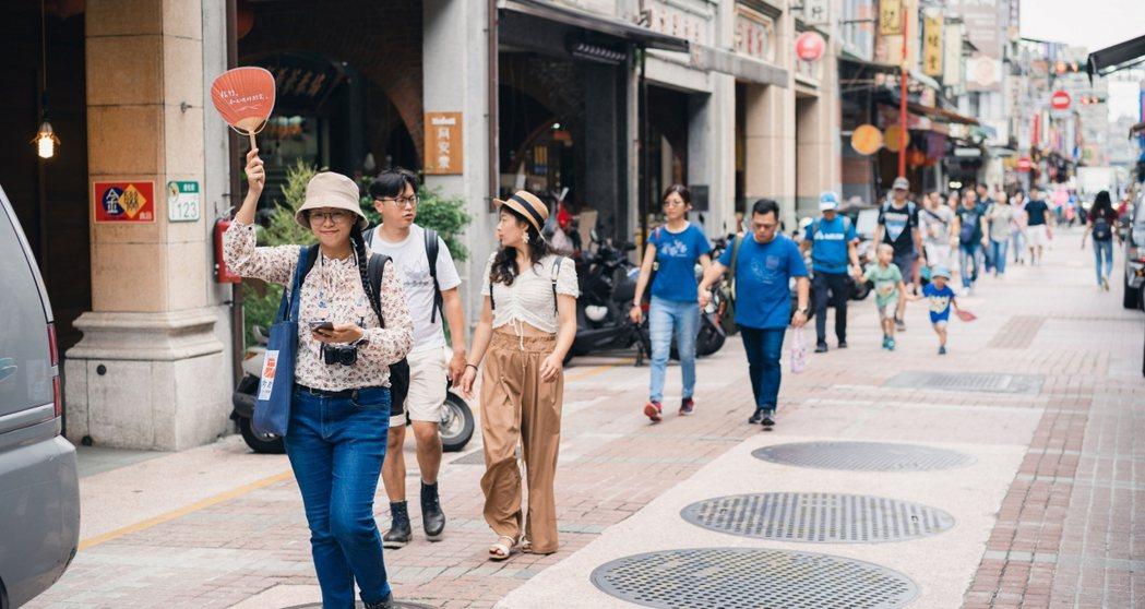 由大稻埕出發的「台北城市散步」將導覽行程擴展至全台,並更名「島內散步」繼續帶領遊...