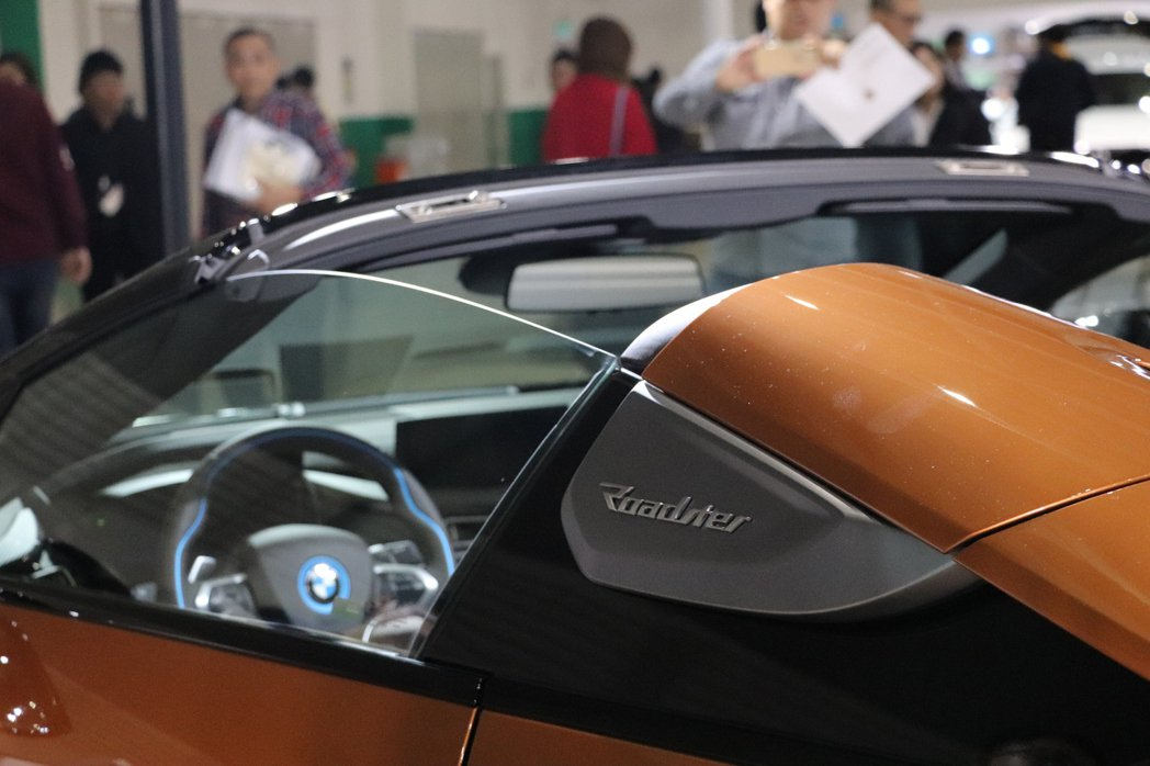 BMW i8 Roadster敞篷版本在駝峰旁有著「Roadster」的車型銘牌...