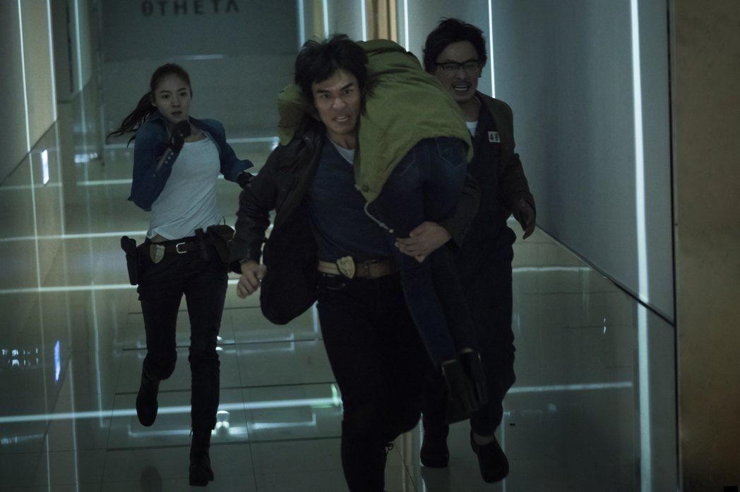 楊一展在「獵夢特工」背著吳子霏狂奔。圖/HBO Asia提供