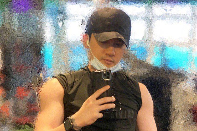 不老男神蘇有朋47歲了!他今(11)在微博曬出自拍寫下「祝我生日快樂!迎接下一個工作挑戰!」,照片中的他穿著T-shirt但捲起了袖子,麒麟臂矚目,讓粉絲笑稱「是故意秀肌肉嗎?」不僅粉絲祝賀男神「生...