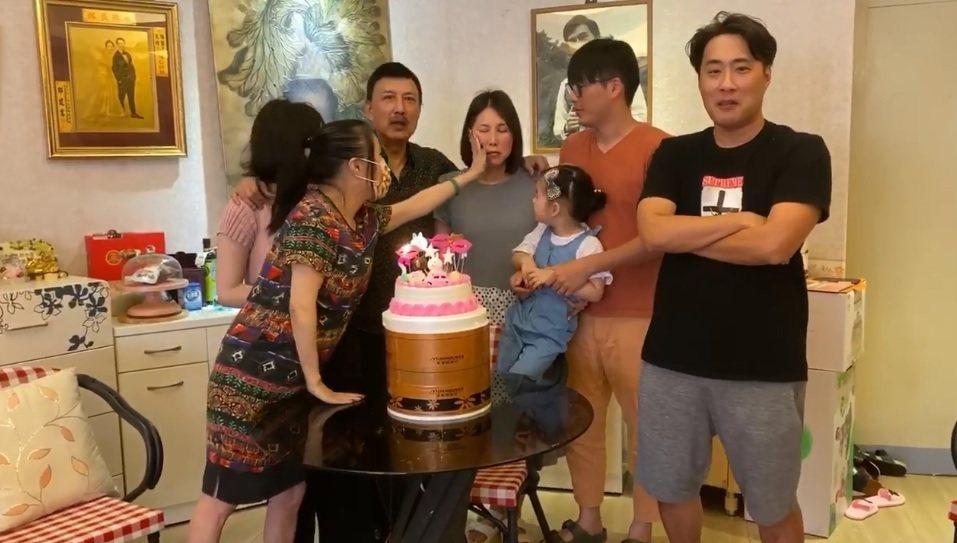 余苑綺一家為她慶祝抗癌成功。圖/擷自臉書