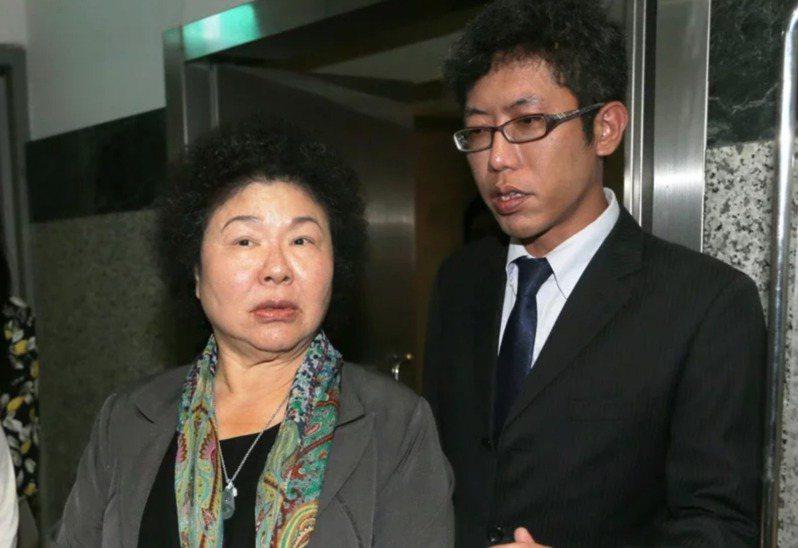 丁允恭(右)2009年前往高雄市擔任市長室祕書,正式成為「菊系人馬」。圖/聯合報系資料照