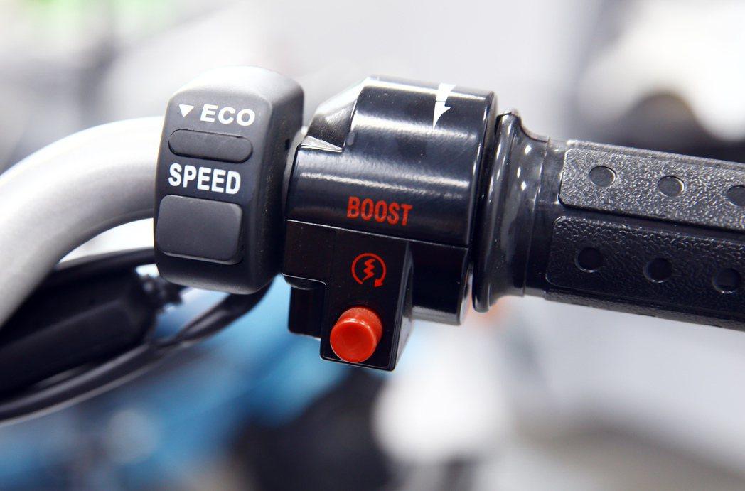 需要爬坡或超車時,只需要按下Boost鍵,就可以發揮更足夠的動力表現。 記者杜建...