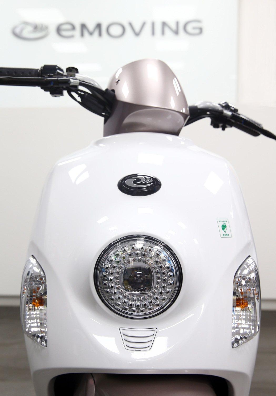 中華電動車EMOVING─50CC車款,晶鑽LED頭燈。記者杜建重/攝影 杜建重
