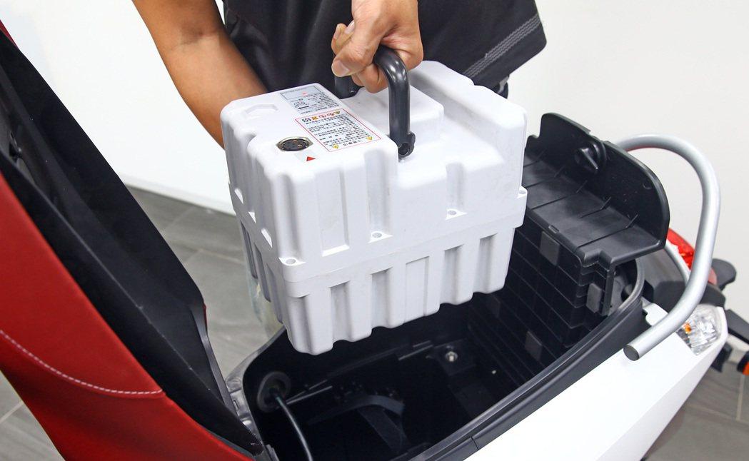 eMOVING車款可以將電池拆下來自己在家充電。 記者杜建重/攝影