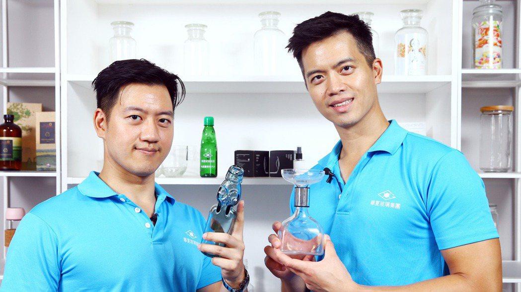 華夏玻璃公司執行長廖冠傑(右)與副執行長廖唯傑(左),兄弟二人各自在美日留學後並...