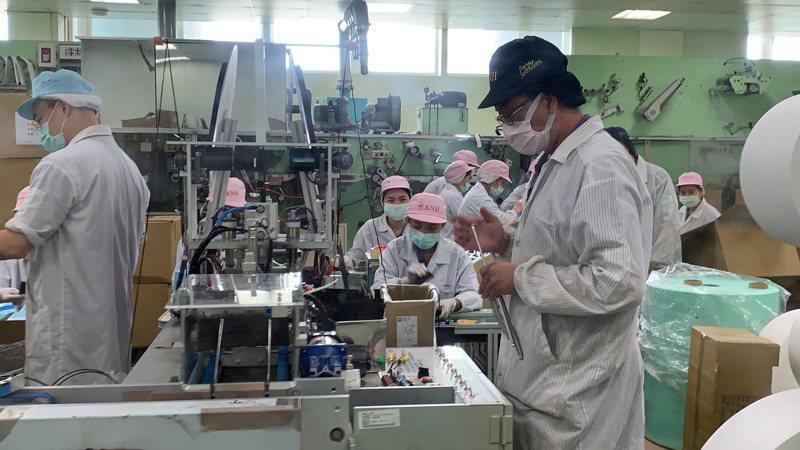 口罩國家隊台南康那香公司,日產能達85萬片,目標為一天100萬片。10月份起,在16台高速口罩設備生產加入下,日產能可達400萬片。 報系資料照/記者吳淑玲攝影