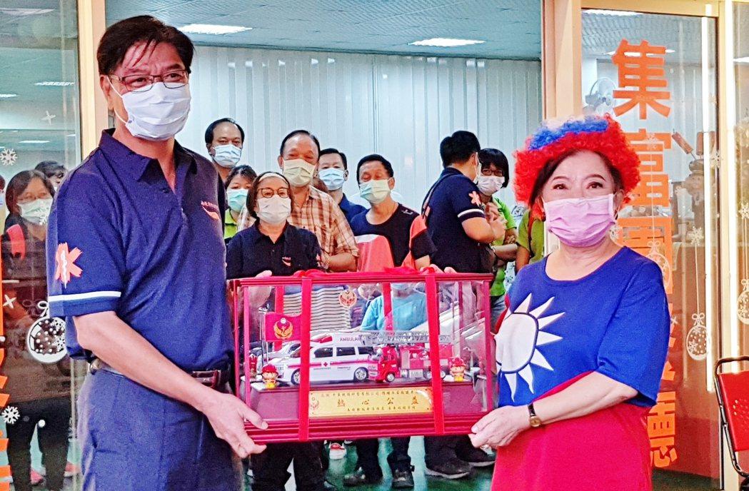 南投縣政府消防局林聰吉局長(左)頒發紀念品給陳玉華(右)。 戴辰/攝影