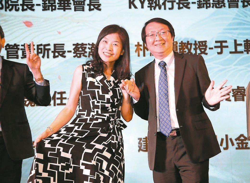 北科大EMBA執行長陳凱瀛(右)與107級工管學員陳錦惠共舞。 毛洪霖/攝影