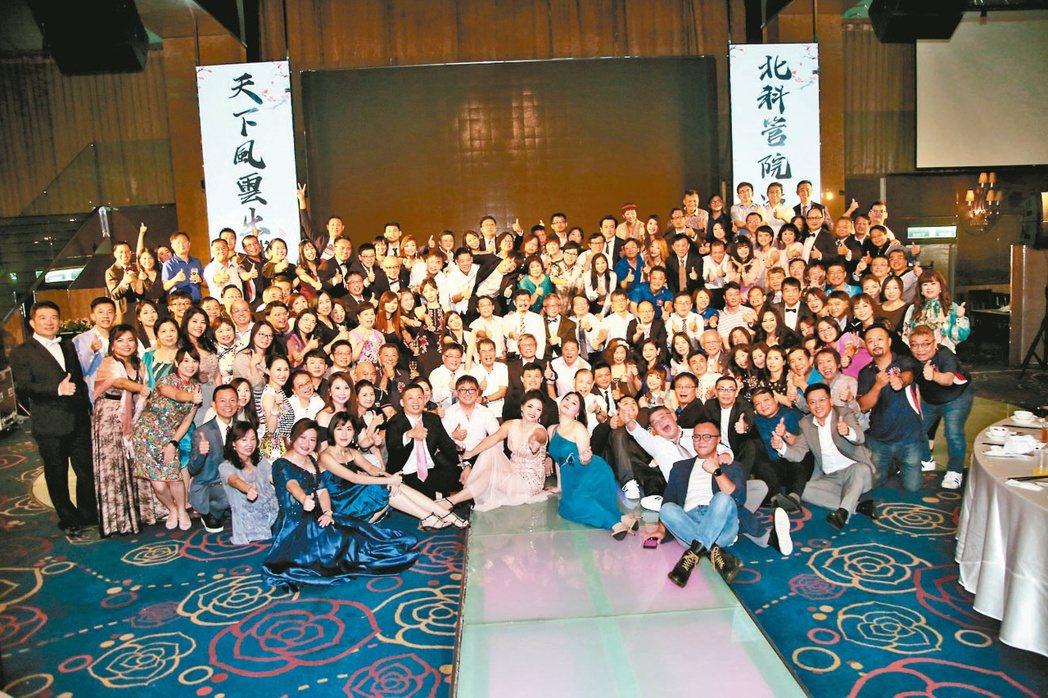 北科大管理學院EMBA 107級畢業舞會橫跨3屆學員共襄盛舉。 毛洪霖/攝影
