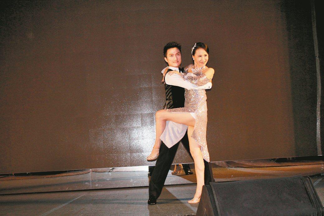 107級經管學員張麗蓉(右),展現精采舞姿。 毛洪霖/攝影