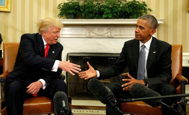 新書「震怒」披露,川普總統(左)在訪談中批評前總統歐巴馬(右)不聰明,被捧過頭了。圖為兩人2016年11月10日在白宮見面。 路透社